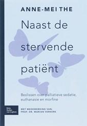Naast de stervende patiënt