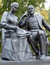 Jumbo Oversized Lenin and Krupskaya Statue in Russia