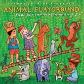Kinderen over de hele wereld zijn over het algemeen gefascineerd door dieren. op DEZE CD 13 liedjes over apen, vogels, beren, slangen, dino's etc. De reis begint in Noord-Amerika en eindigt in Afrika, zonder ook maar een beat over te slaan.