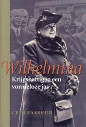 Wilhelmina Krijgshaftig in een vormeloze jas